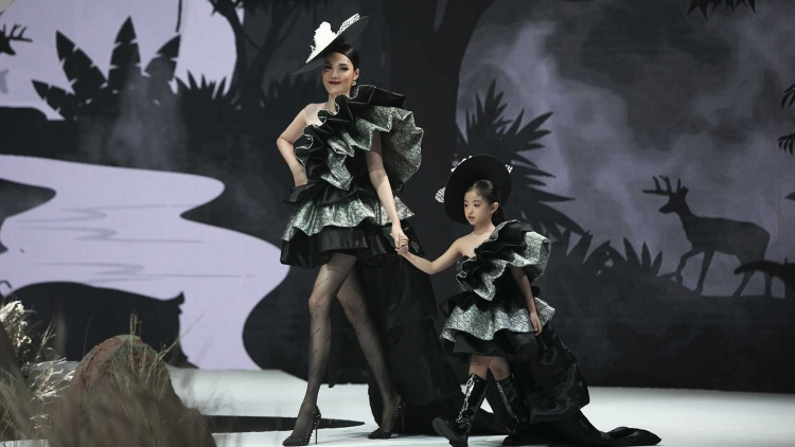 Lan Khuê, Trương Quỳnh Anh catwalk mở màn Vietnam Junior Fashion Week 2020