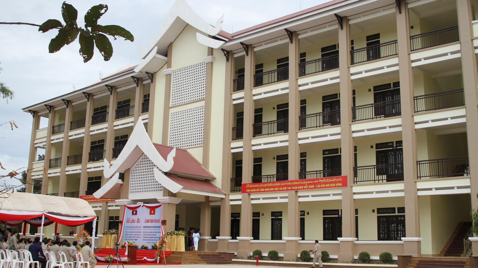 Việt Nam cấp 1.100 suất học bổng cho sinh viên và cán bộ Lào