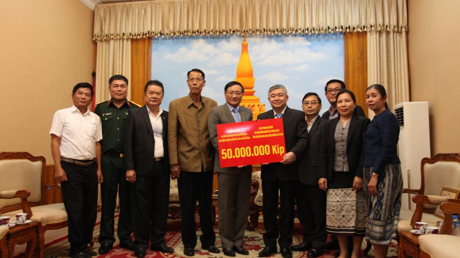 Đại sứ quán Việt Nam trao tiền ủng hộ người dân vùng lũ Savanakhet (Lào)