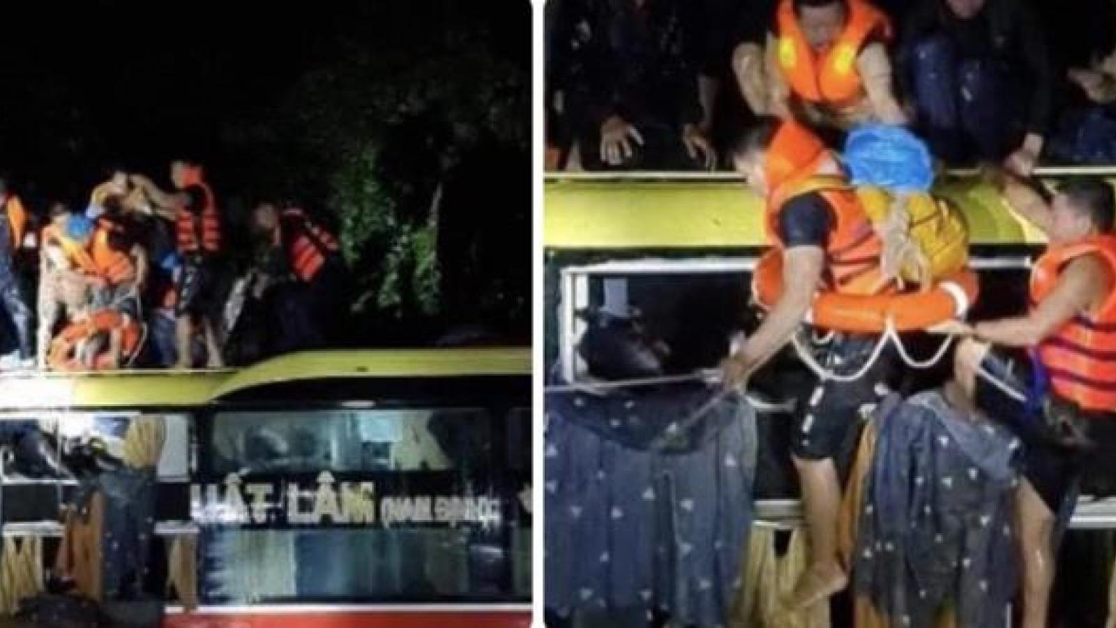 Quảng Bình: Kịp thời cứu 18 người trên xe khách bị lũ cuốn trôi