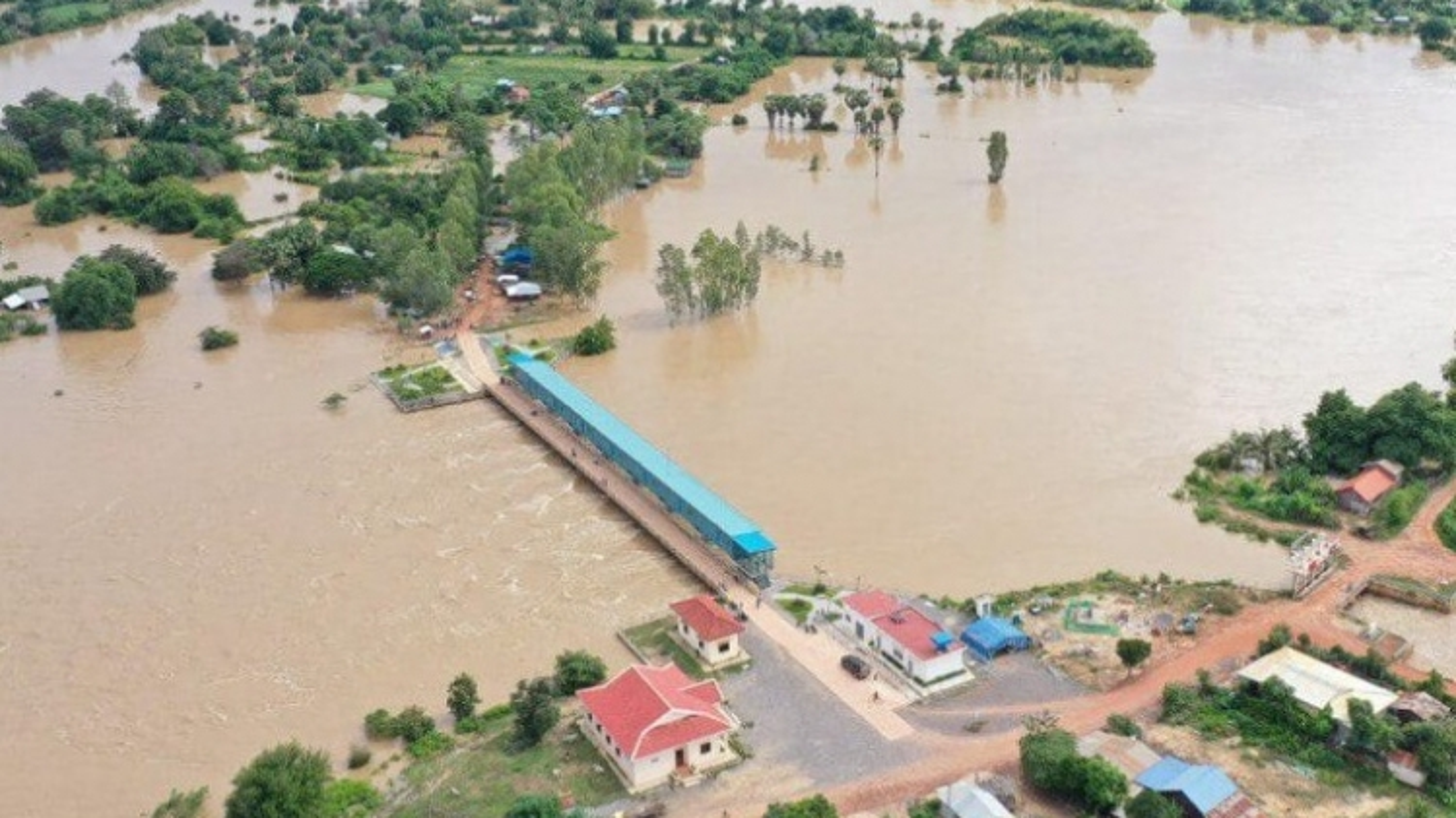 Lũ lụt gây nhiều thiệt hại về người và tài sản ở Campuchia