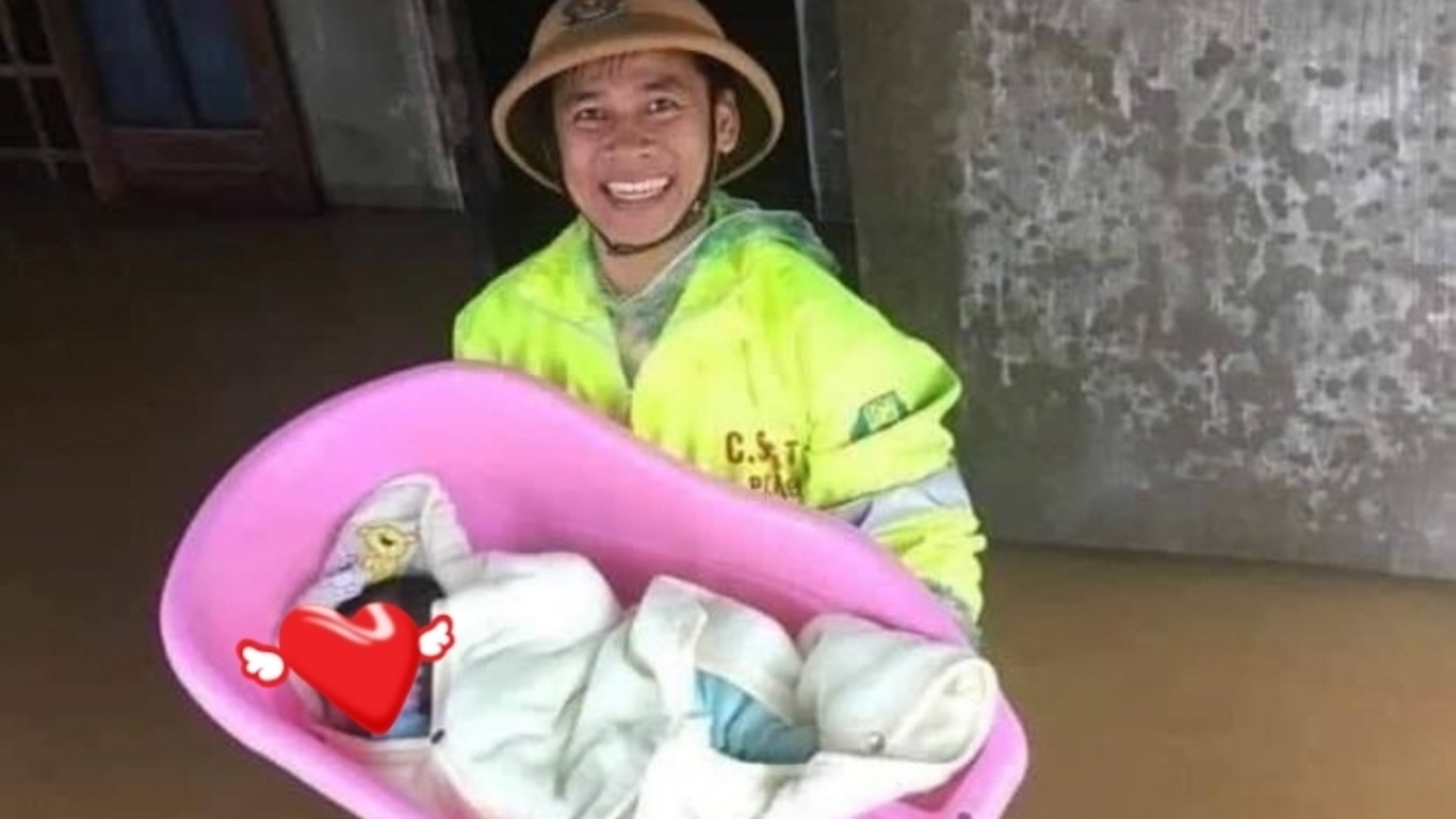 Nụ cười của chiến sĩ trẻ giải cứu em bé khỏi nhà ngập lụt: Tình quân dân thật ấm áp