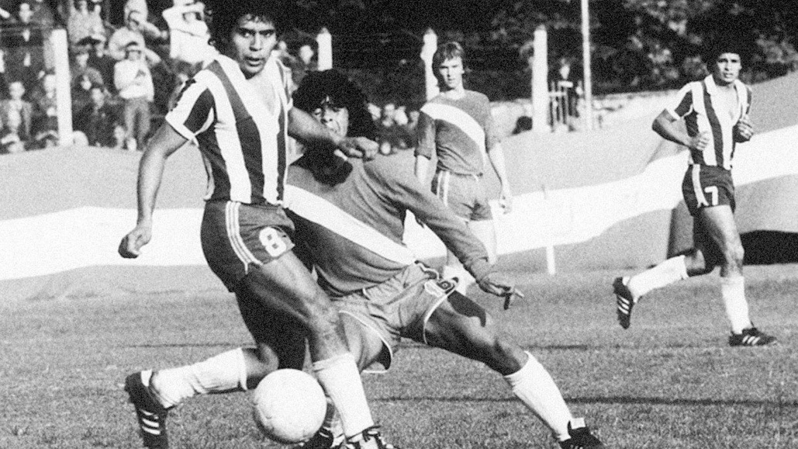 Ngày này năm xưa: Maradona chính thức thi đấu chuyên nghiệp