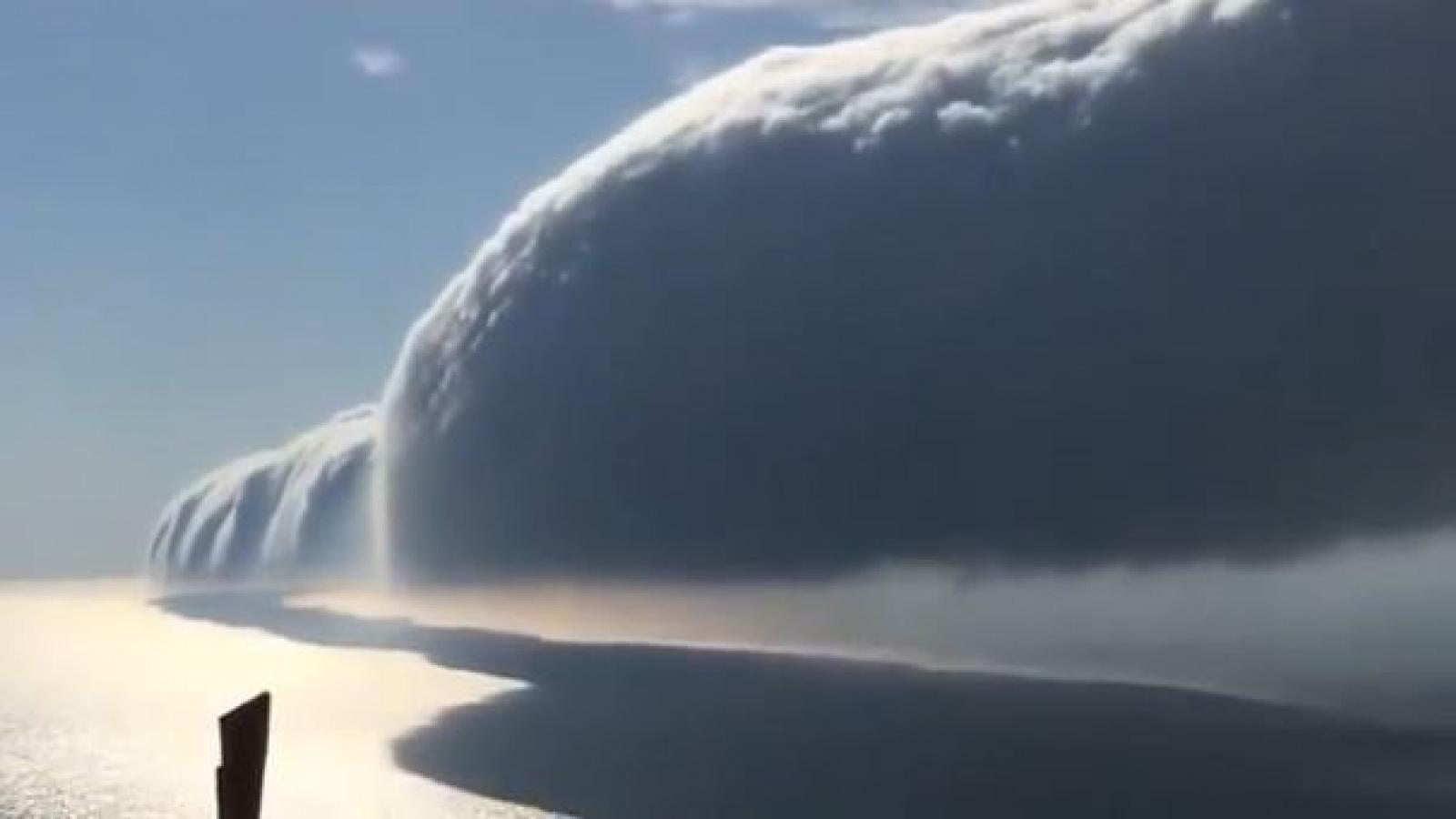 Video: Kinh ngạc cảnh mây cuộn ở Hồ Michigan đầy ngoạn mục