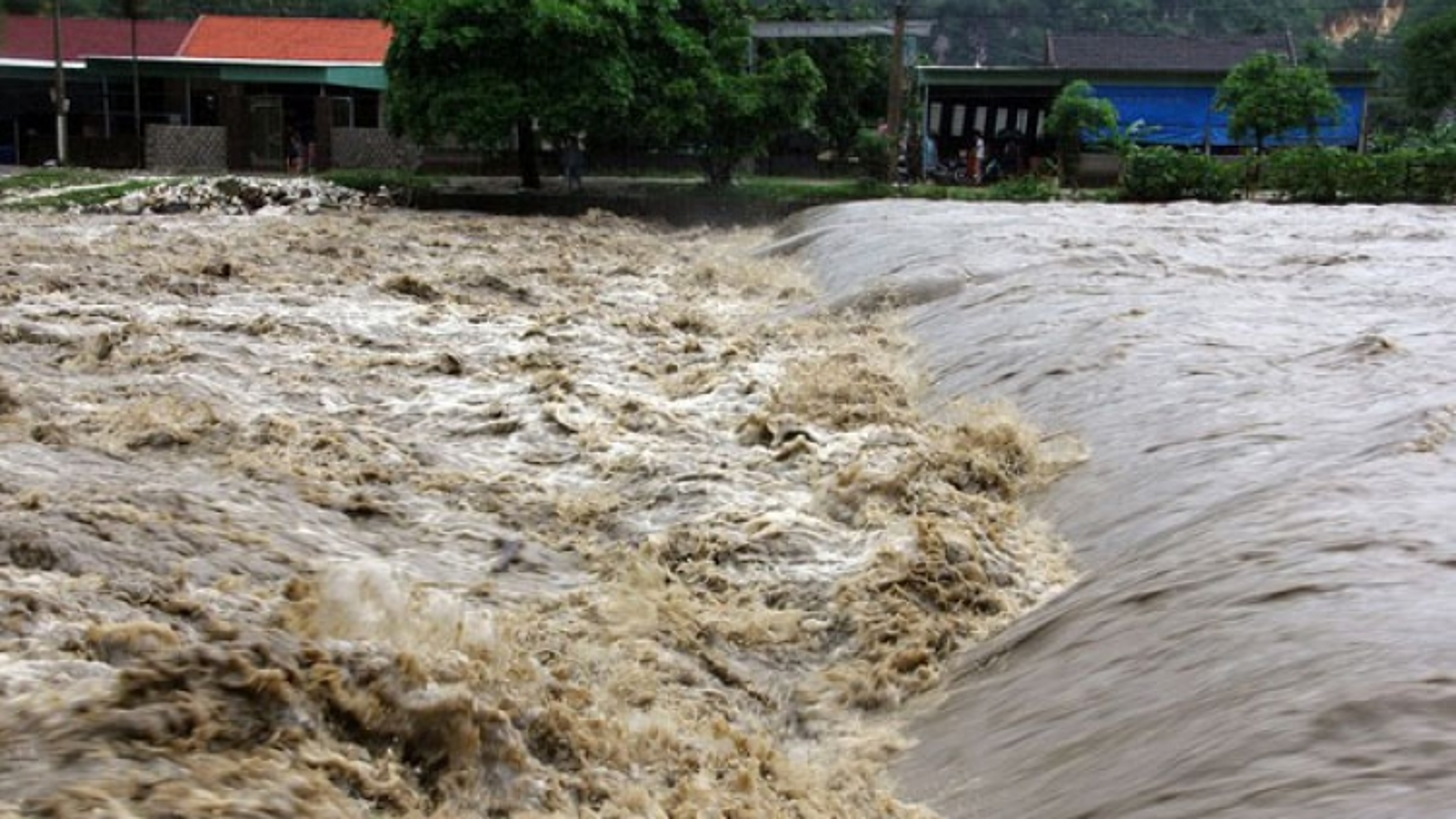 Lật thuyền khiến một người mất tích ở Nghệ An