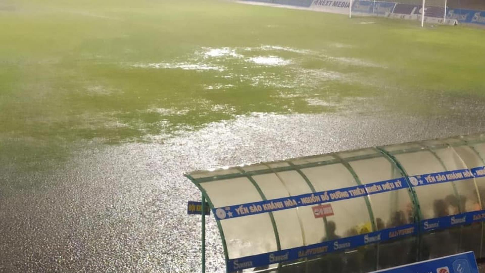 Trận đấu giải hạng Nhất kết thúc vào khung giờ hy hữu do mưa lớn