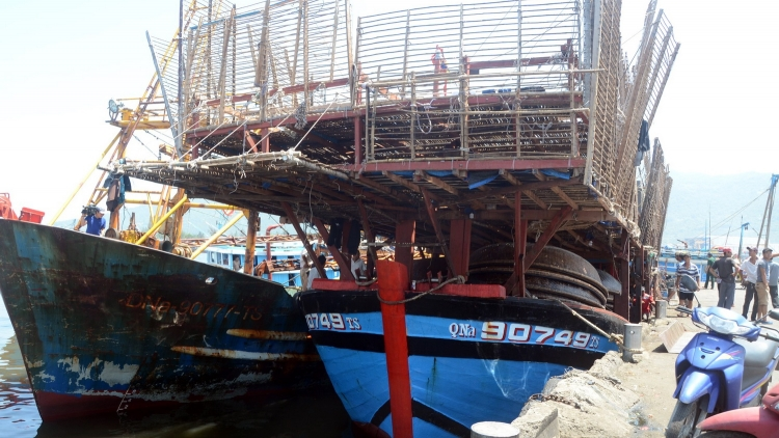 Đang lai dắt tàu cá Quảng Nam với 40 lao động bị hỏng máy trên biển vào bờ