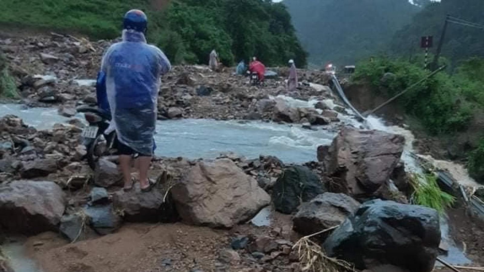 Miền Trung: Mưa lớn, nhiều nơi bị chia cắt trong đêm, nước thượng nguồn tiếp tục đổ về