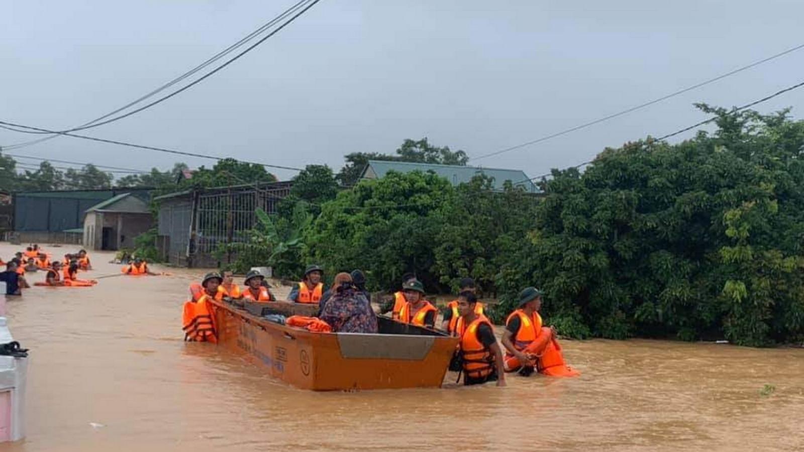 Miền Trung dùng xuồng, cano sơ tán dân vùng ngập lụt