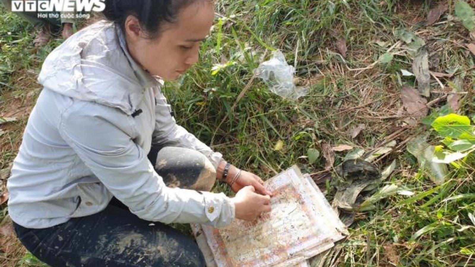 Lở núi ở Trà Leng: Nghẹn ngào cảnh cô giáo nhòe lệ trên giấy khen học trò