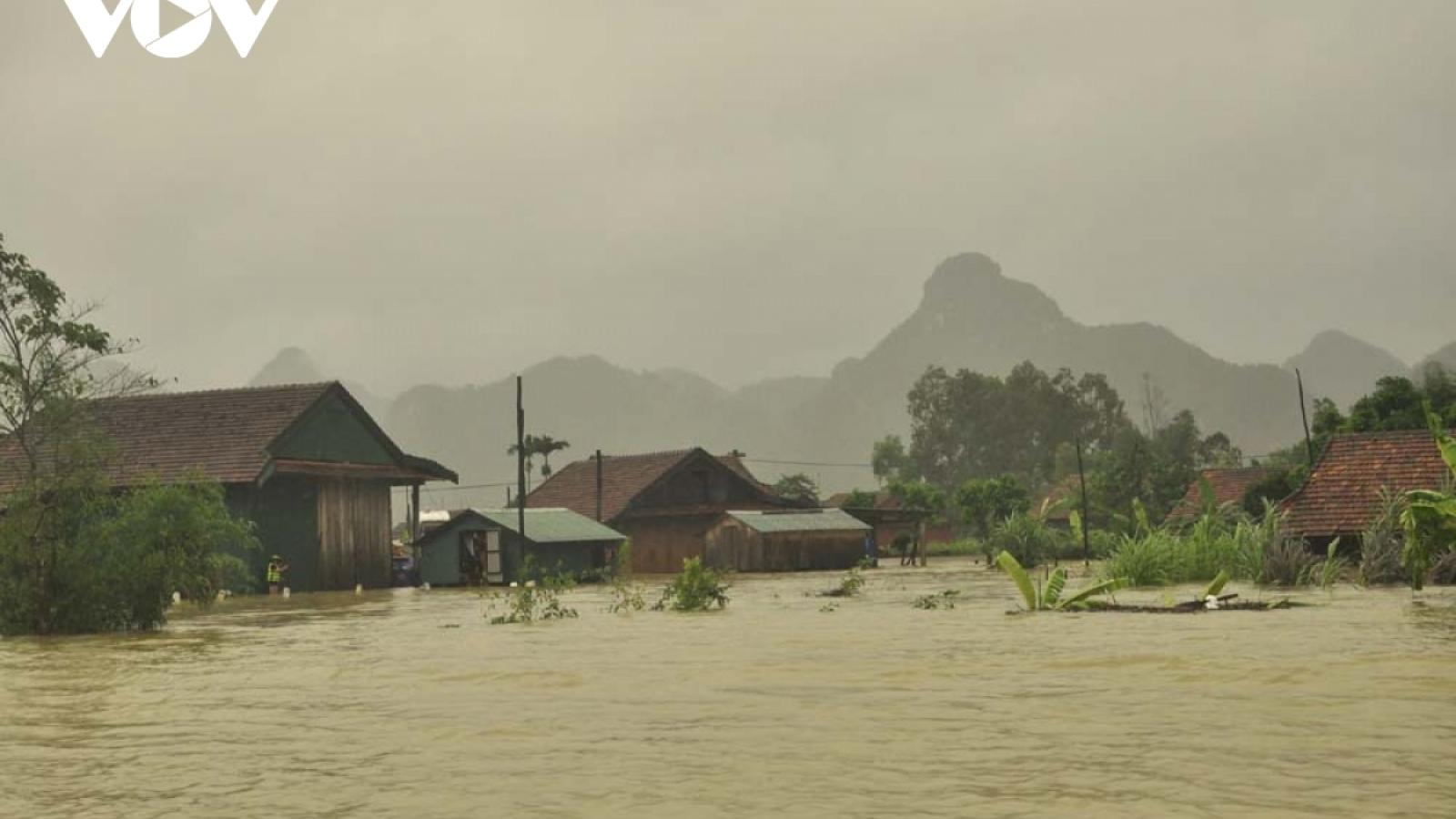 Hà Tĩnh và Quảng Bình nhiều tuyến giao thông bị chia cắt do mưa lũ