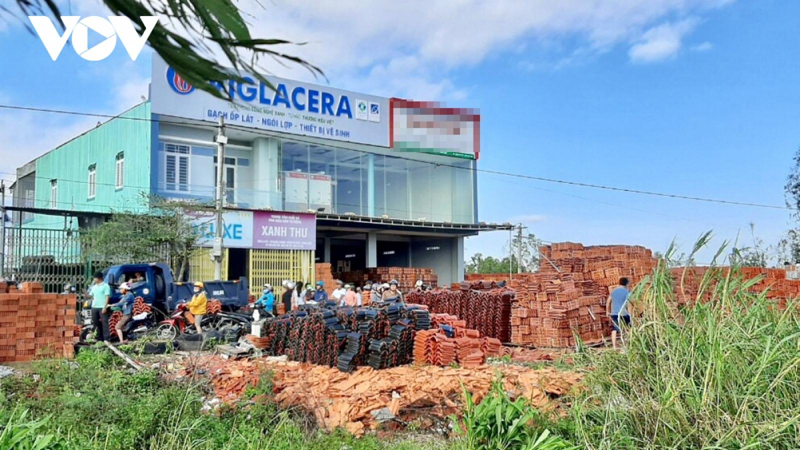 Sau bão số 9, người dân Quảng Ngãichen lấn mua tôn, ngói
