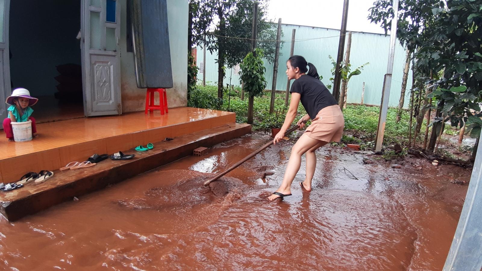 Nhà dân tại phố núi Pleiku ngập sâu sau mưa lớn
