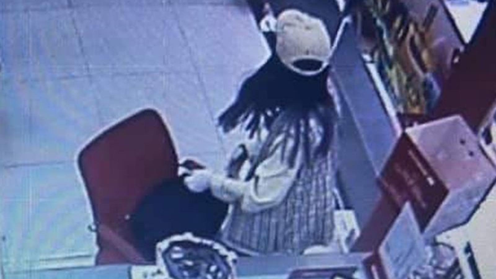 """""""Nữ quái"""" cướp ngân hàng để có tiền trả nợ"""