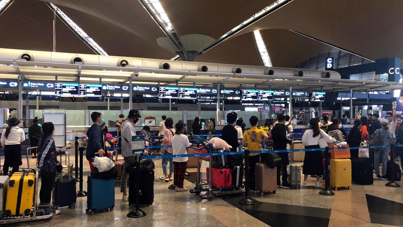 Chuyến bay đưa gần 250 người Việt từ Malaysia về nước hạ cánh ở Cần Thơ