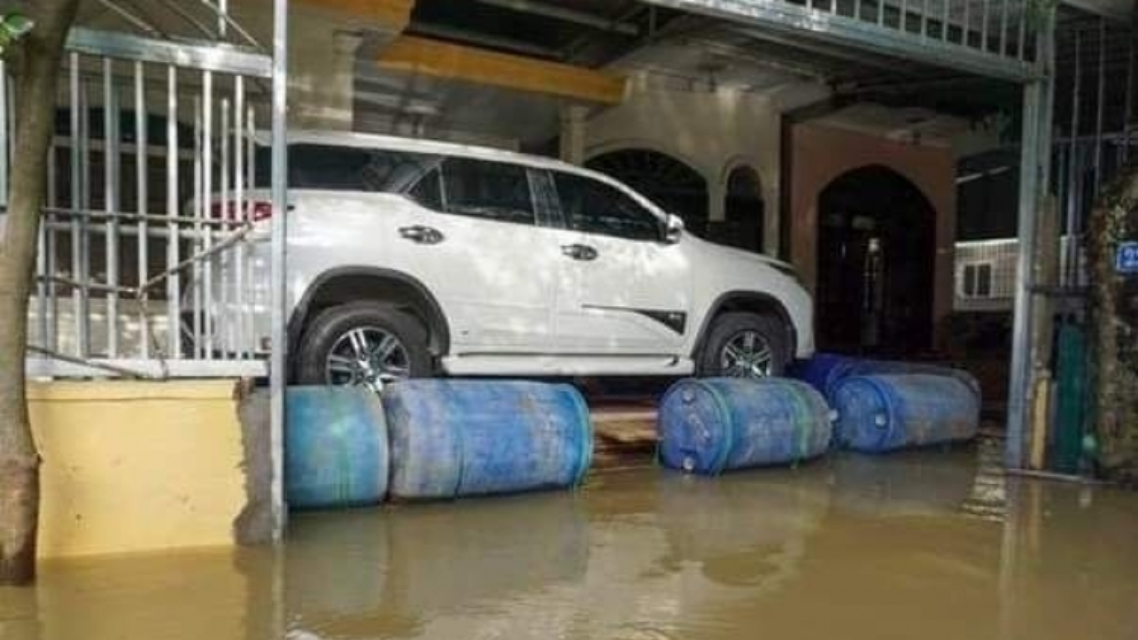 Nhiều cách bảo vệ ô tô độc đáo trong mùa lũ lụt