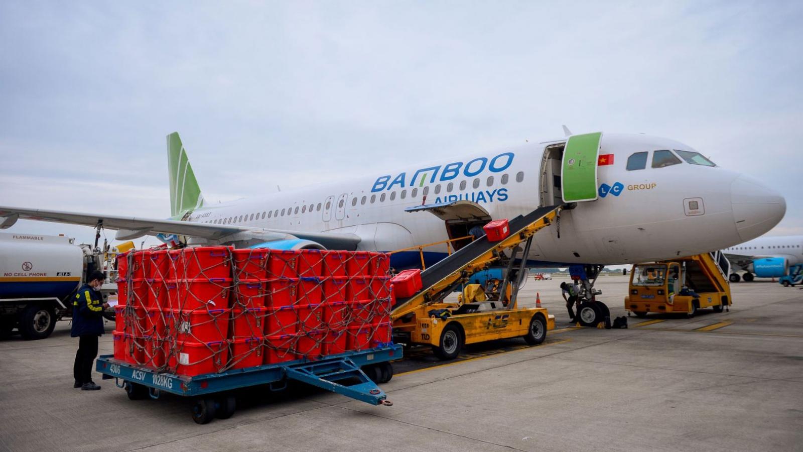 Bamboo Airways cấp tập đưa bác sĩ, hàng hóa y tế vào hỗ trợ đồng bào miền Trung
