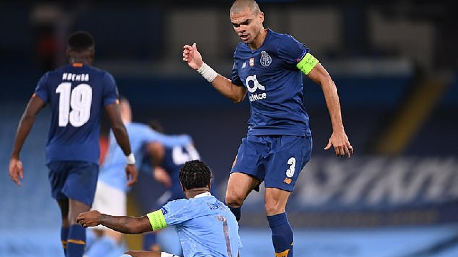 """CĐV Man City bức xúc khi Sterling bị Pepe """"lên gối"""" ở Champions League"""