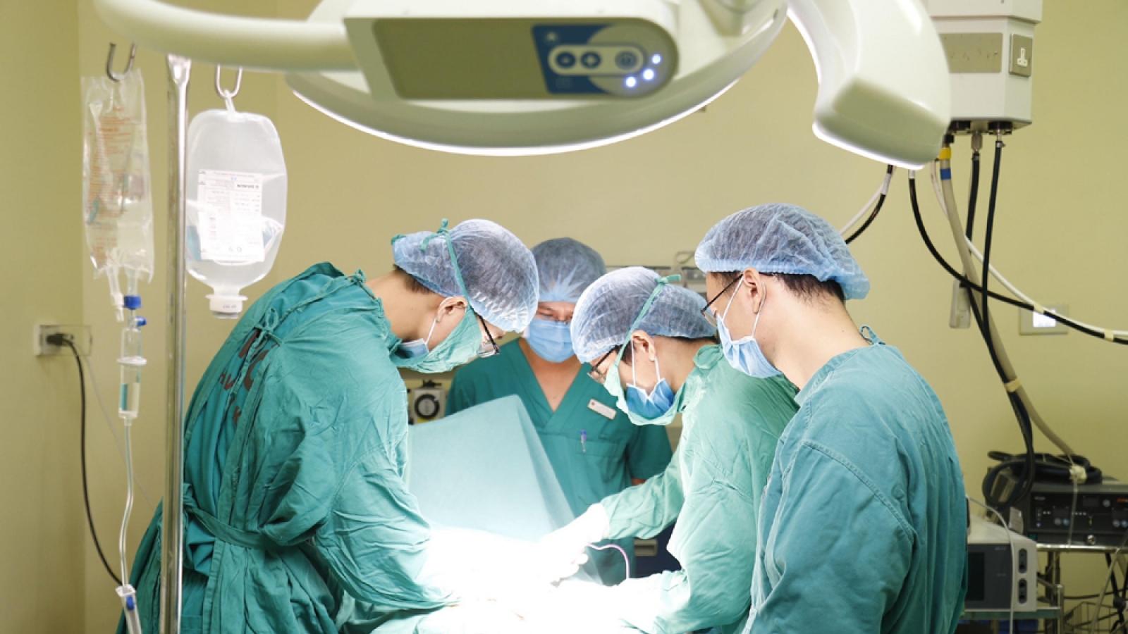 Cắt bỏ khối u 10kg đeo trên cơ thể cô gái hàng chục năm