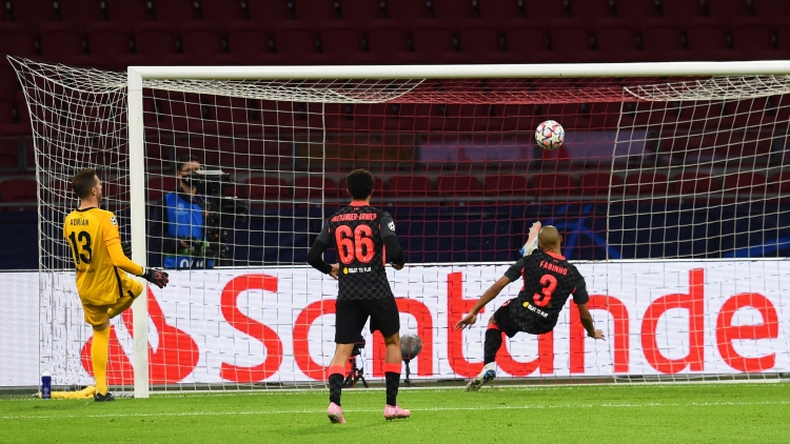 """Trung vệ """"bất đắc dĩ"""" của Liverpool sốc khi Van Dijk chấn thương nặng"""