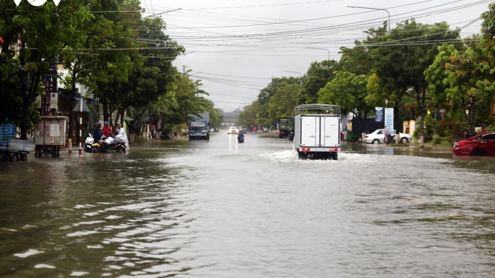 Nước sông Hoài dâng cao phố cổ nguy cơ ngập sâu trong nước