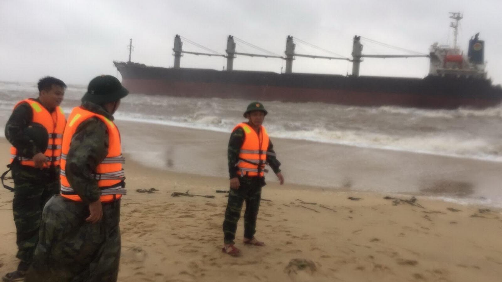 Tàu hàng 26.000 tấn gặp nạn khi đang tránh trú bão tại Quảng Bình