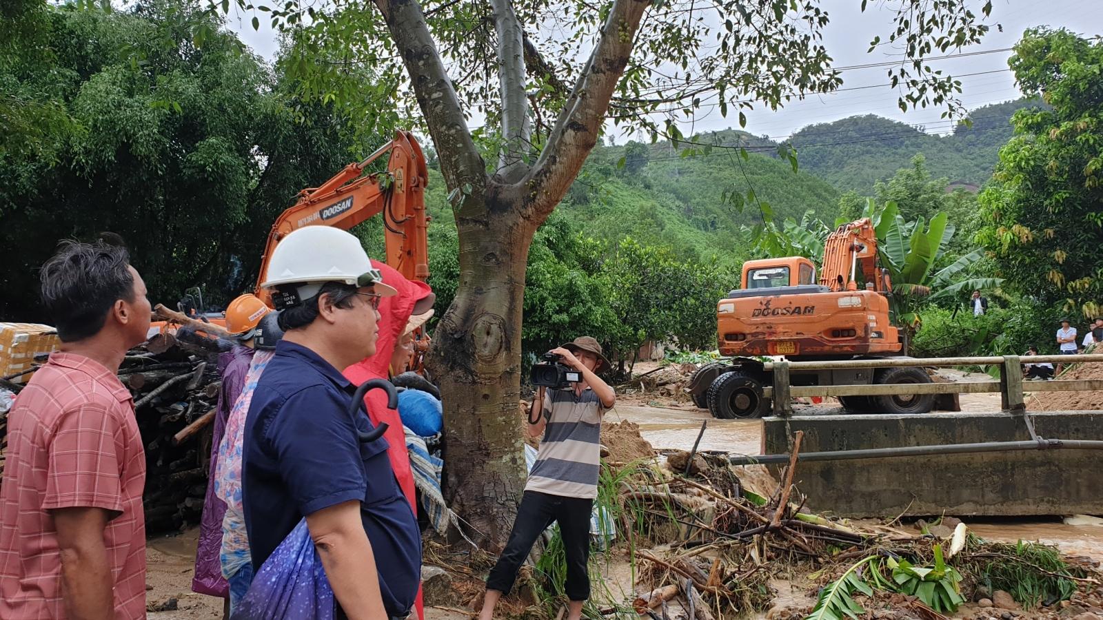 Quảng Nam: Mưa lũ khiến nhiều tuyến đường bị ách tắc, 7 con bò bị sét đánh