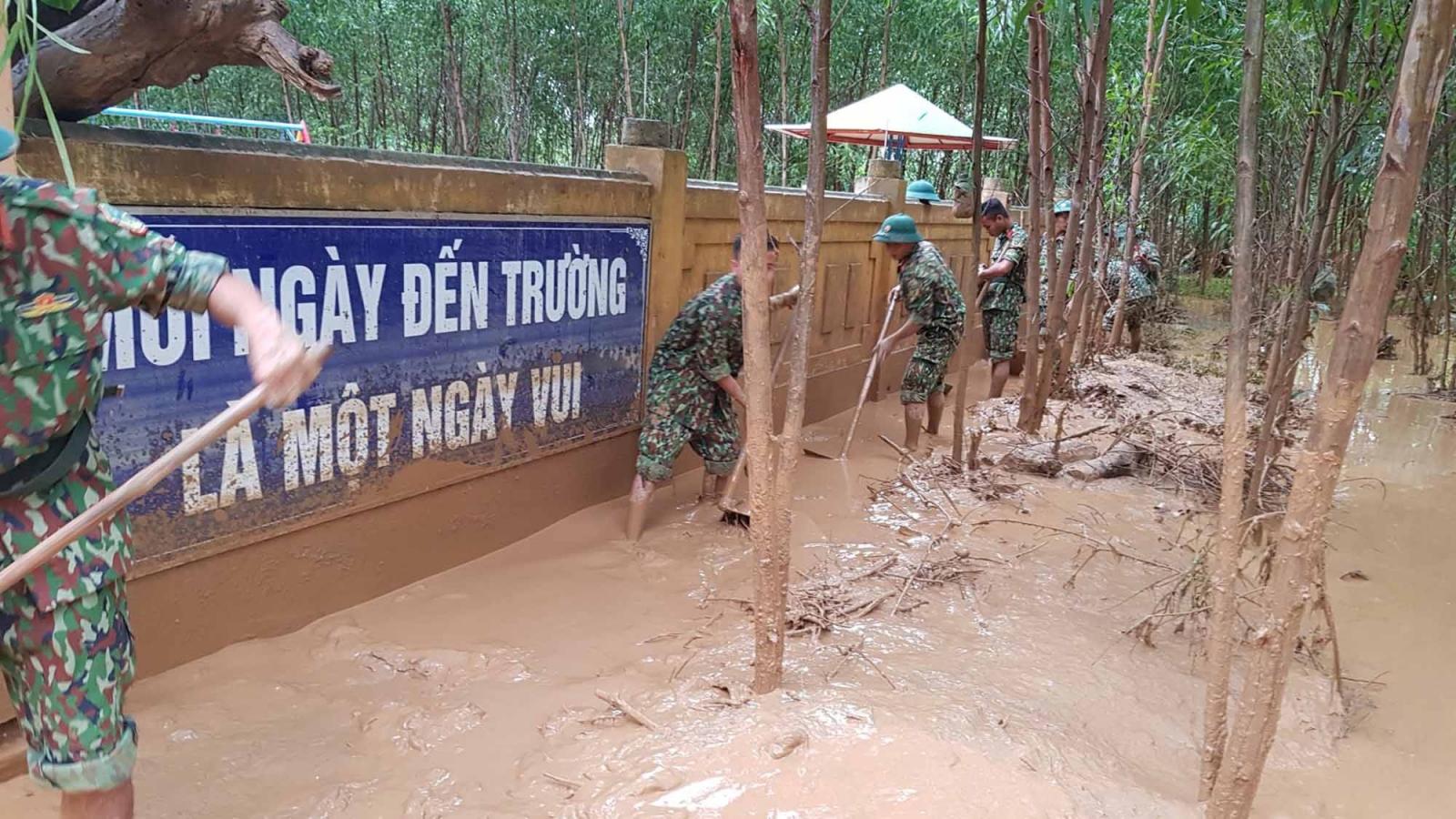 Quân và dân tỉnh Quảng Trị dọn dẹp trường học sau mưa lũ