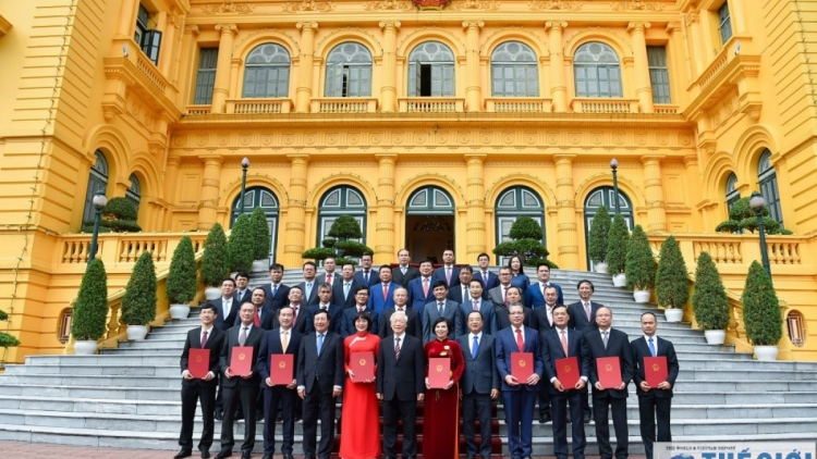 Top Vietnamese leader presents appointment decisions to new ambassadors