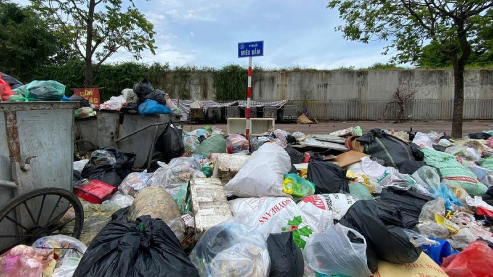 Dân chặn xe vào bãi rác Nam Sơn, nội thành Hà Nội lại ngập rác