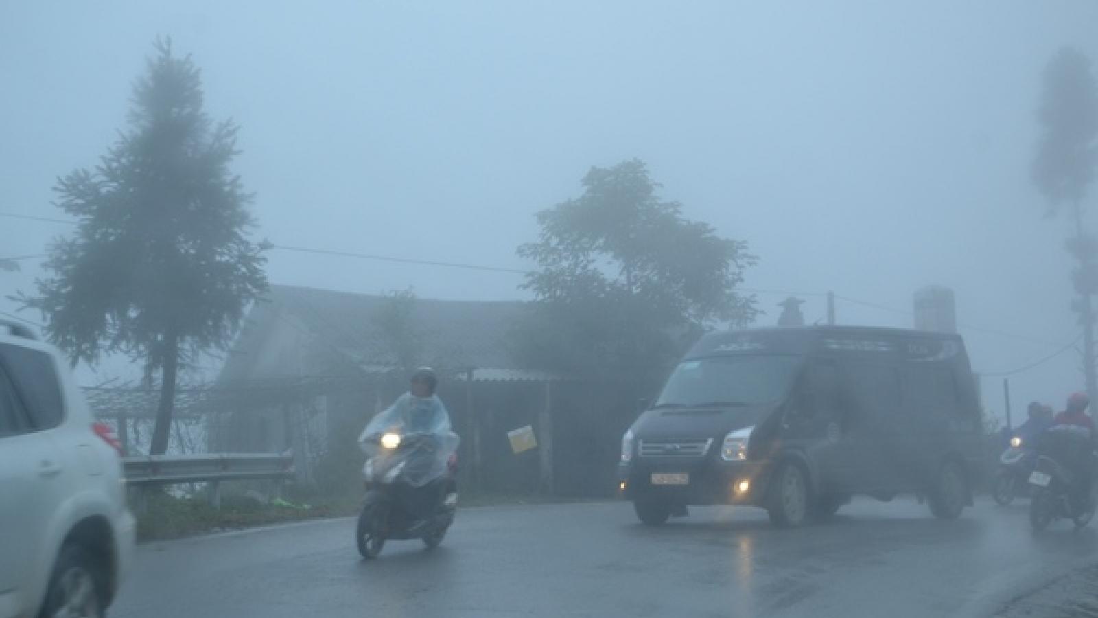 Nhiệt độ xuống 7 độ C, Sa Pa chìm trong sương mù, rét tê tái