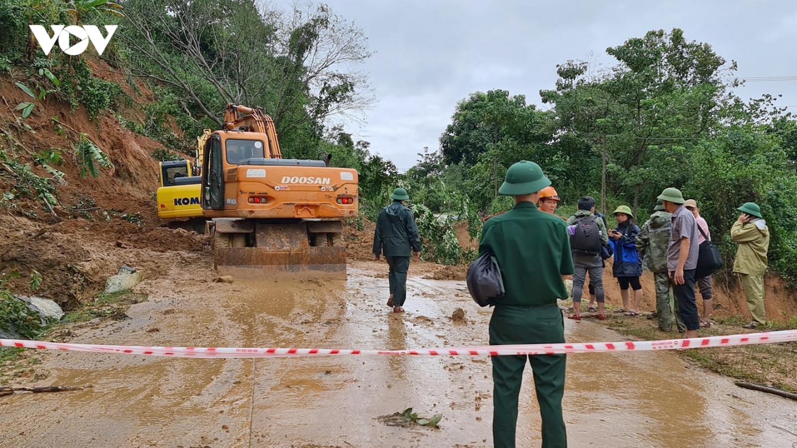 Ứng cứu khẩn cấp vụ sạt lở nghiêm trọng vùi lấp khoảng 20 cán bộ chiến sĩ ở Quảng Trị