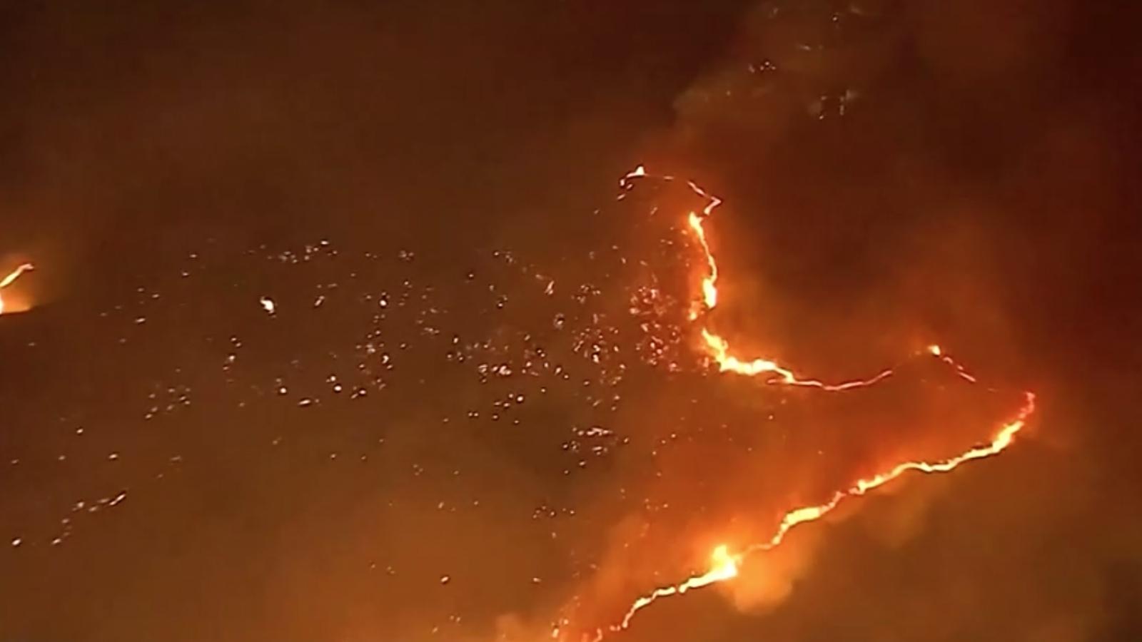 Khoảng 60 nghìn người được yêu cầu sơ tán do cháy rừng lan rộng tại bang California