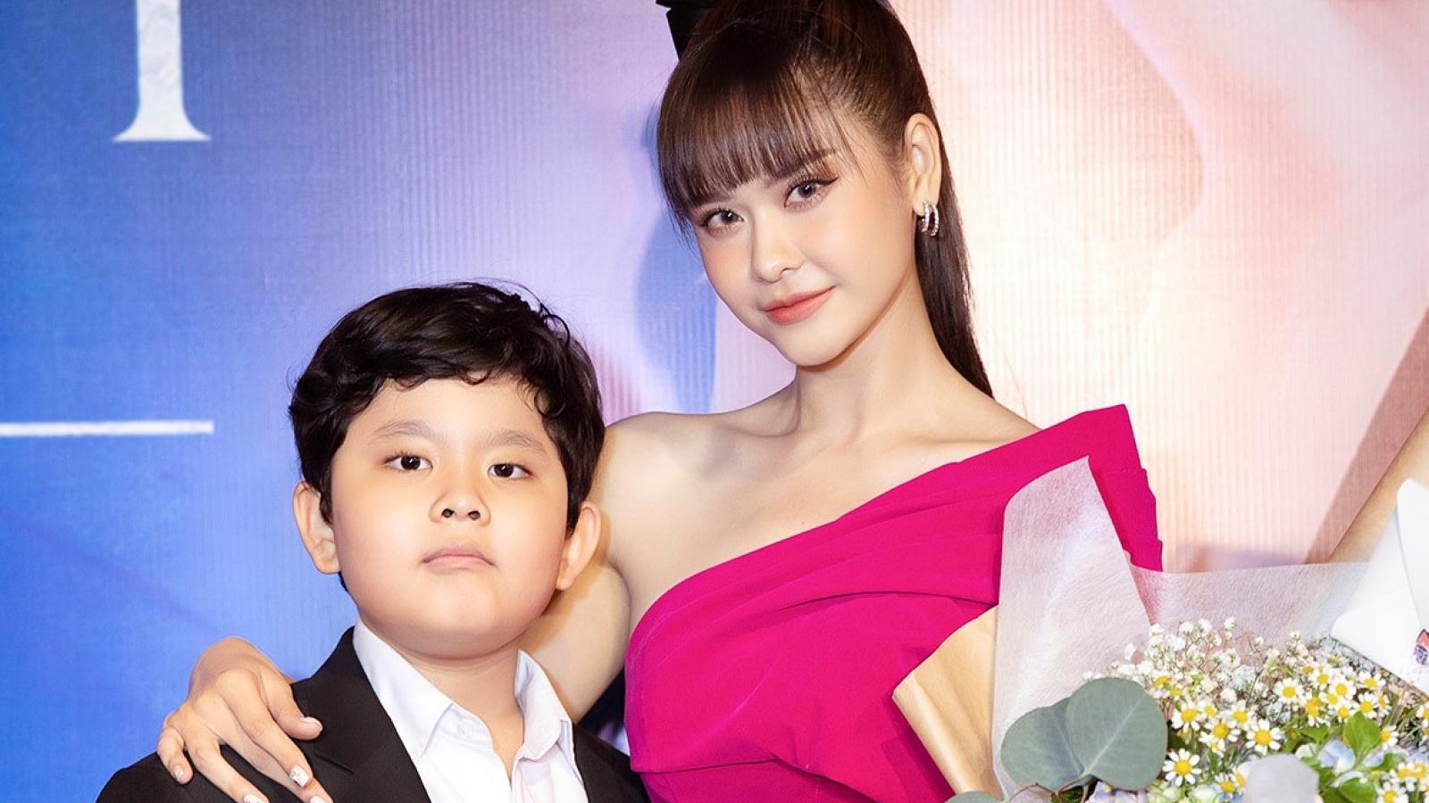 Trương Quỳnh Anh rạng rỡ bên con trai trong ngày ra mắt MV mới