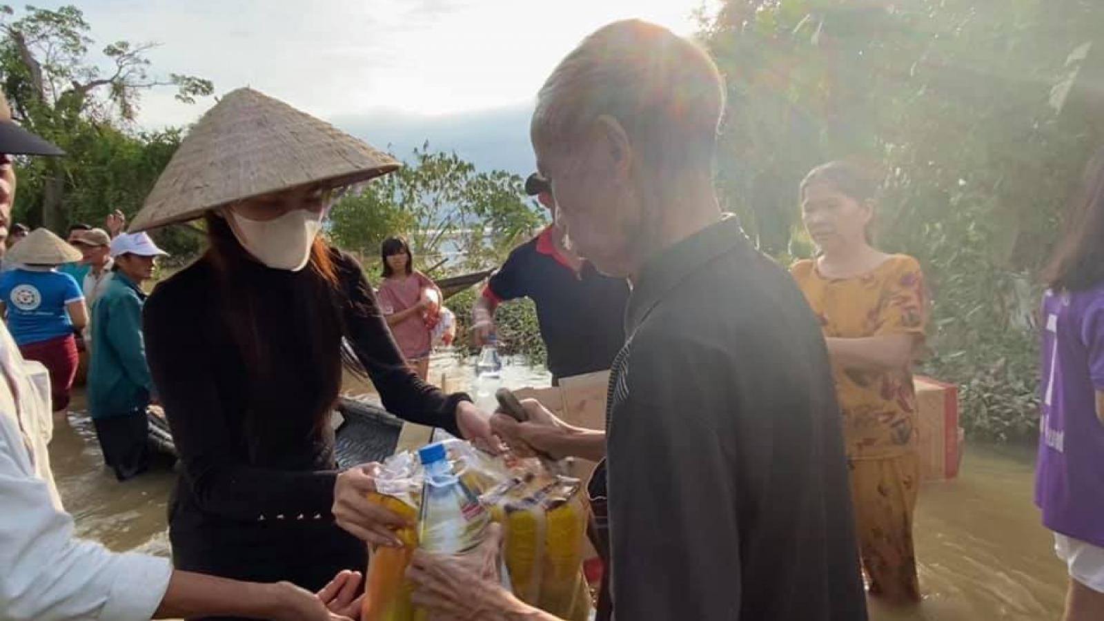 Thủy Tiên lội nước đi cứu trợ người dân vùng lũ ở Thừa Thiên Huế