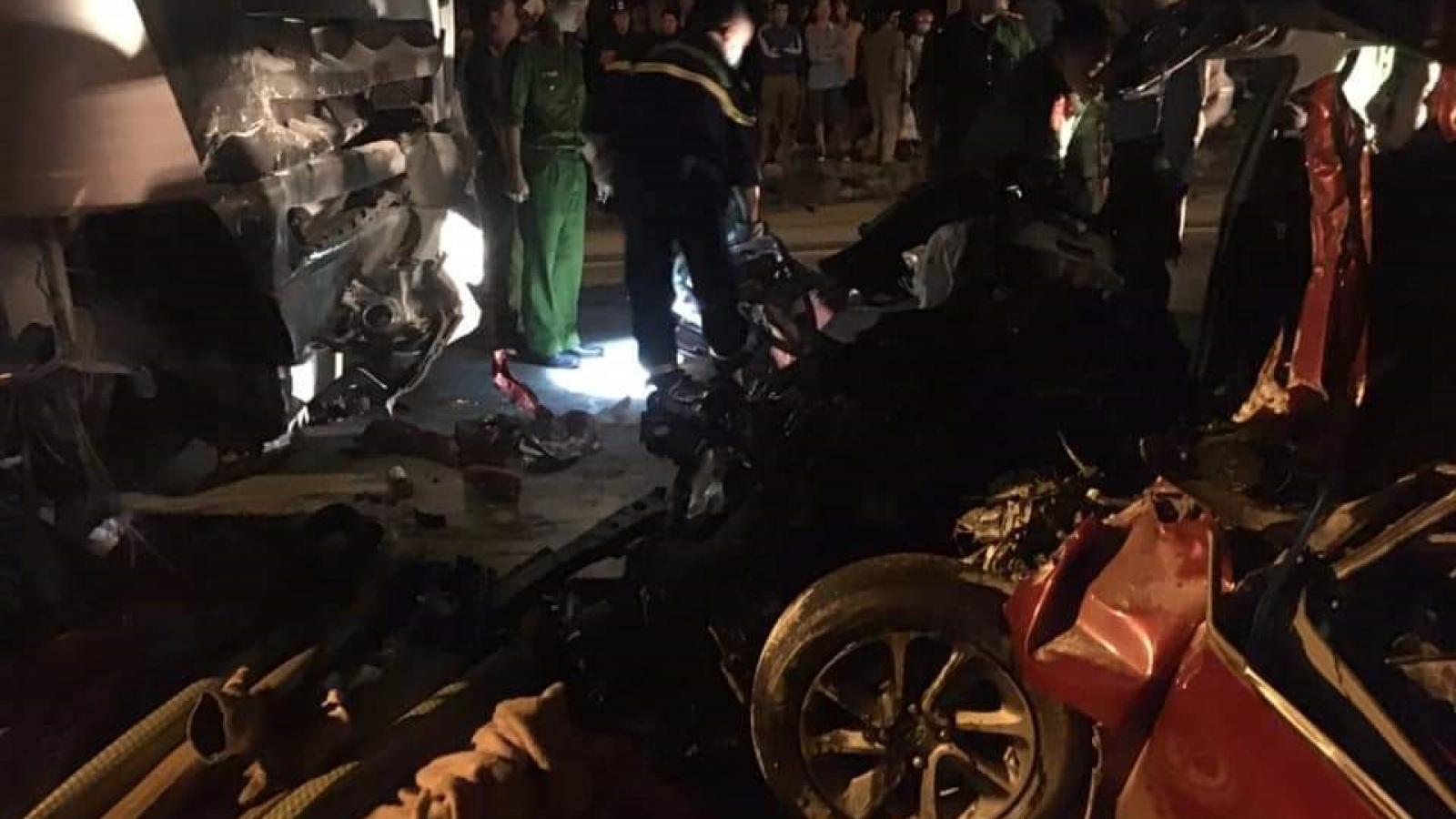 Xe 4 chỗ đối đầu xe tải, 1 người chết và 1 người bị thương nặng