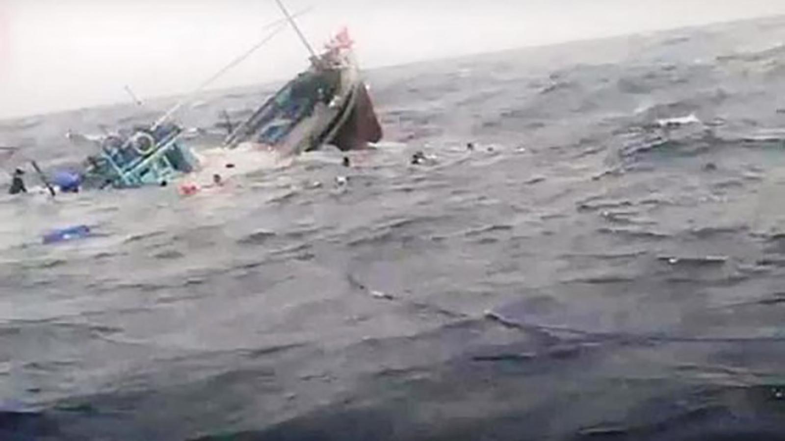 Cứu sống 4 ngư dân tàu cá bị chìm trên biển
