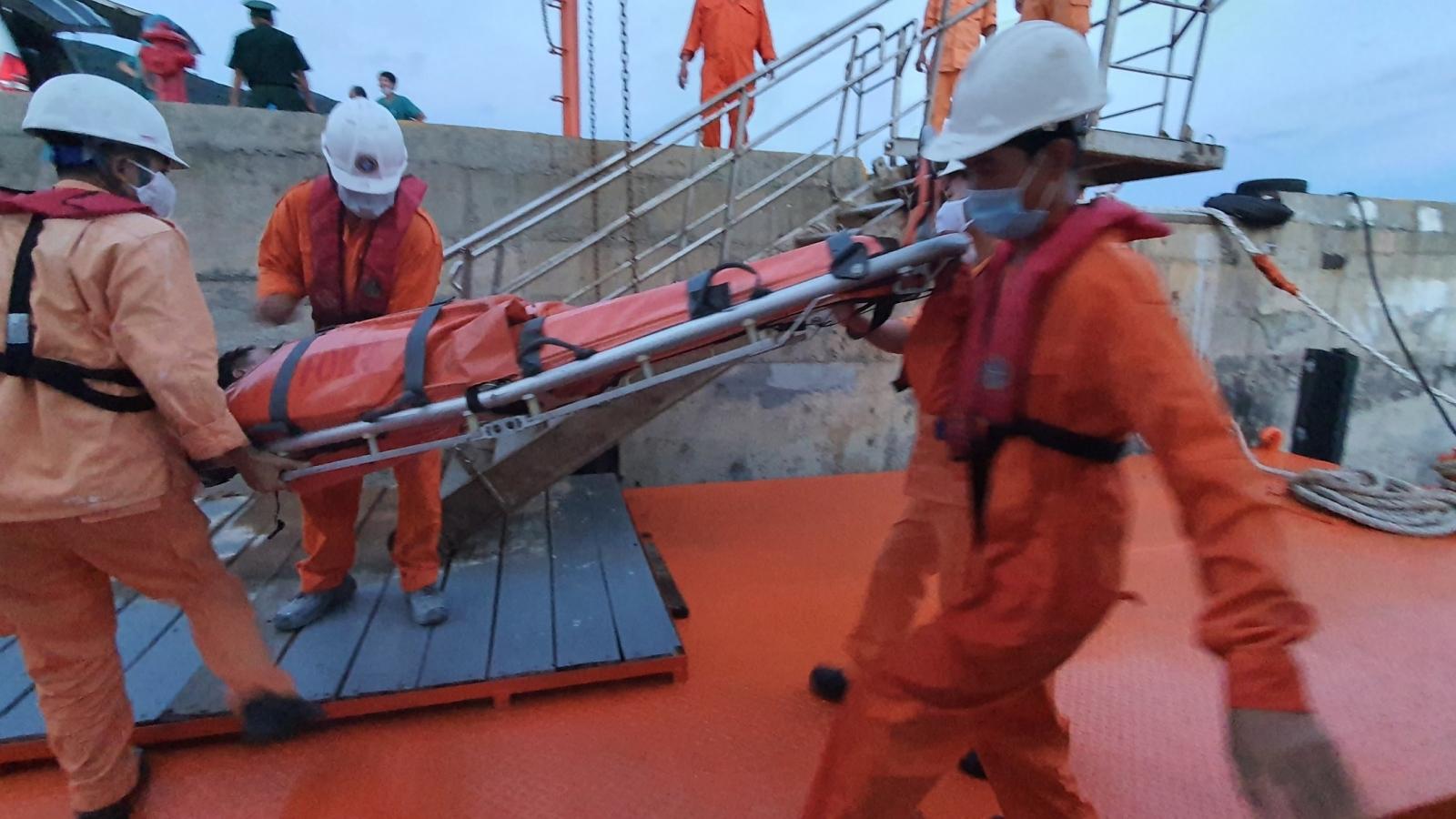 Điều tàu vượt biển cứu 2 ngư dân bị nạn trong đêm tối
