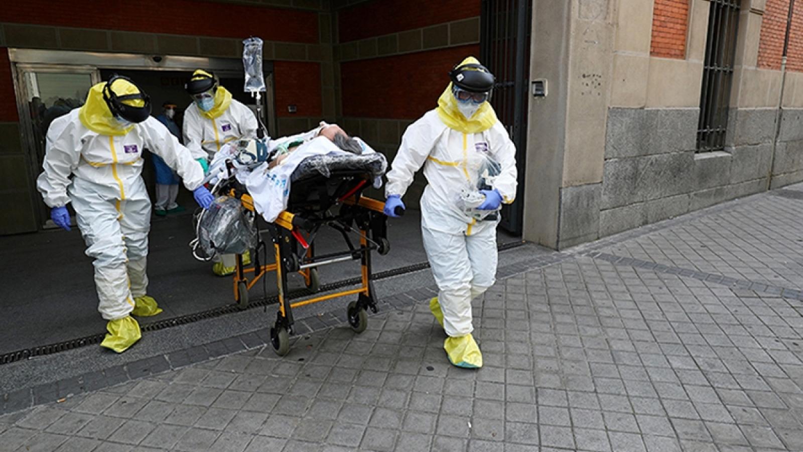 Hàng trăm bác sĩ Tây Ban Nha đình công vì số ca mắc Covid-19 gia tăng