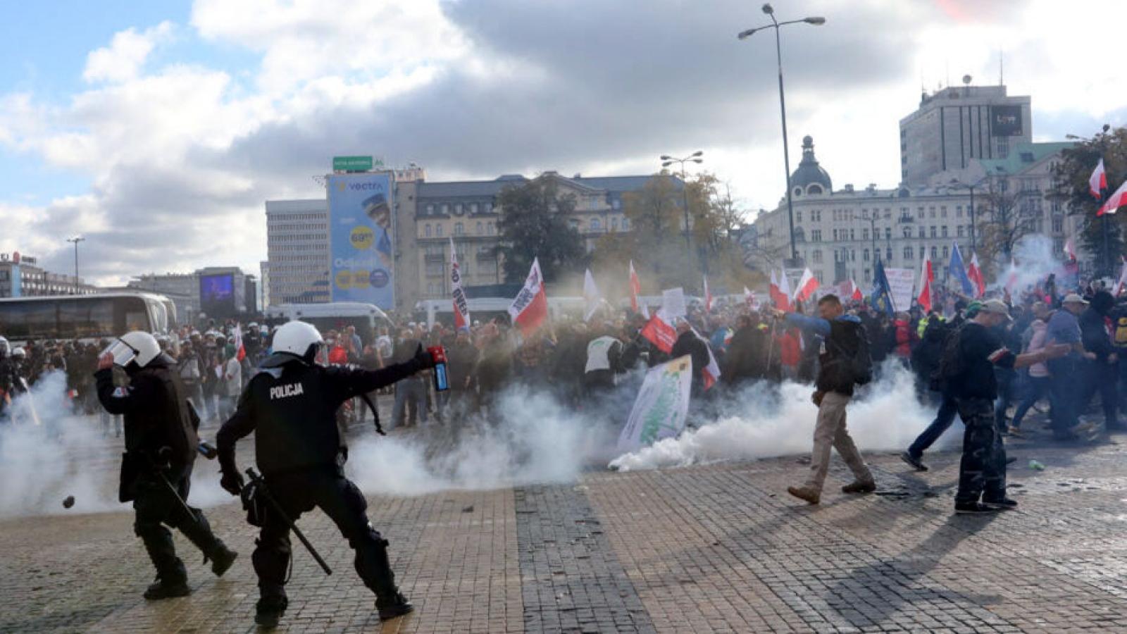Hàng nghìn người Ba Lan biểu tình chống lại các lệnh hạn chế Covid-19