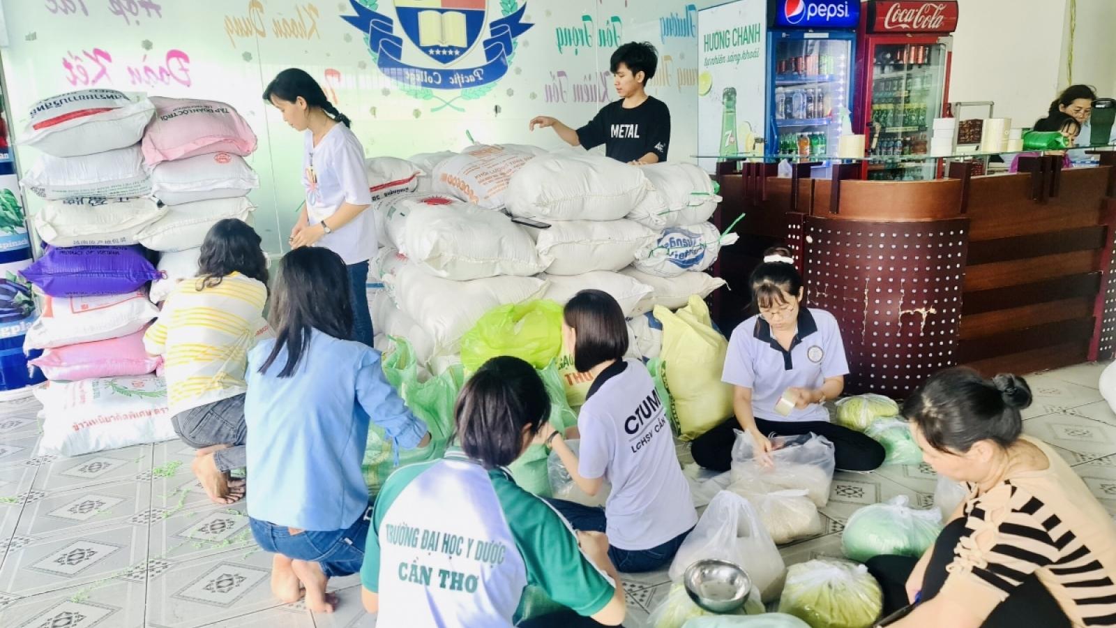 Các đoàn cứu trợ ùn ùn về Hà Tĩnh, lo ngại phân phối không đều