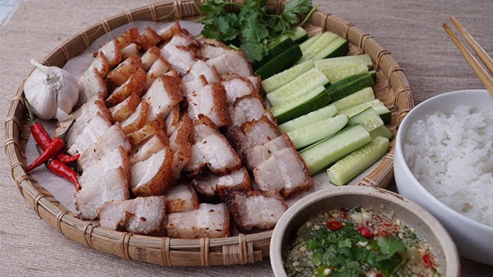 Hướng dẫn làm thịt chiên giòn kiểu Thái cùng nước chấm ngon đậm đà