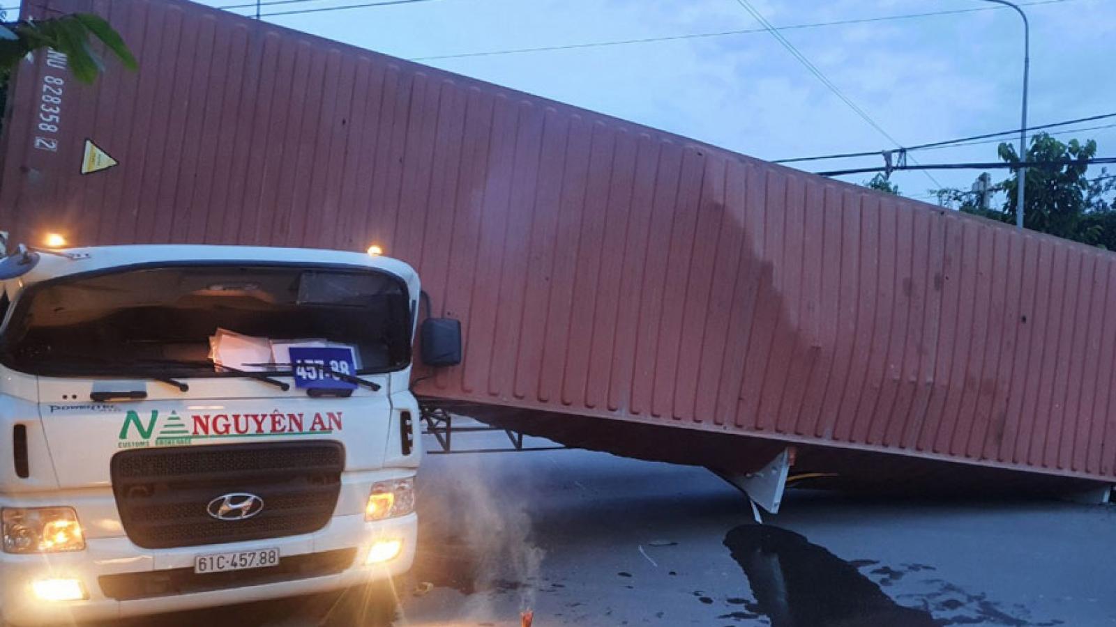 Thùng container lật đè lên cabin khiến tài xế tử vong