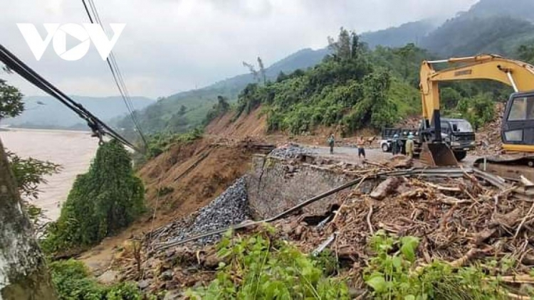 Military forces in distress amid rescue efforts at landslide site in Thua Thien Hue