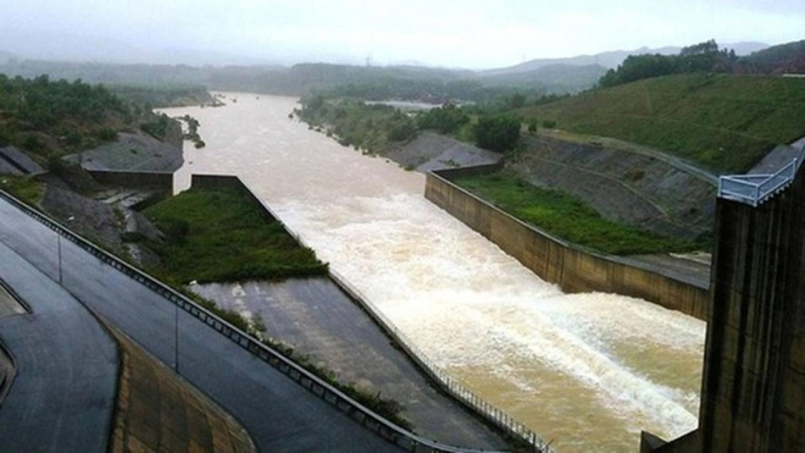 Hồ chứa thủy điện miền Trung vận hành an toàn, lưu lượng nước về hồ giảm