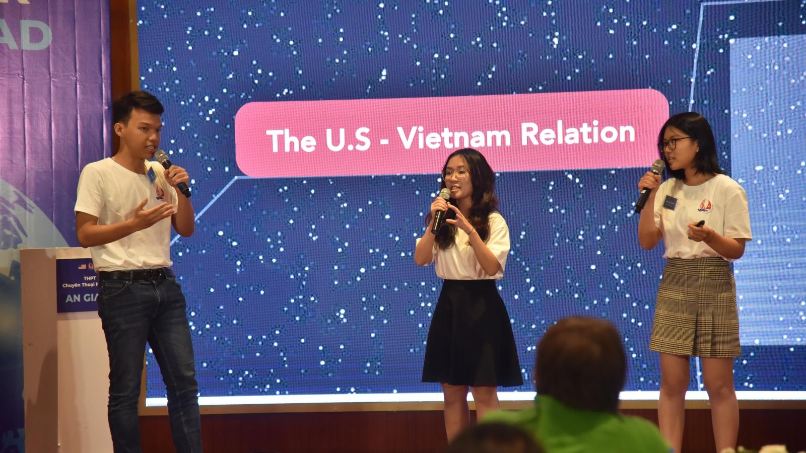 Học sinh trường chuyên hùng biện bằng tiếng Anh về thúc đẩy quan hệ Việt-Mỹ
