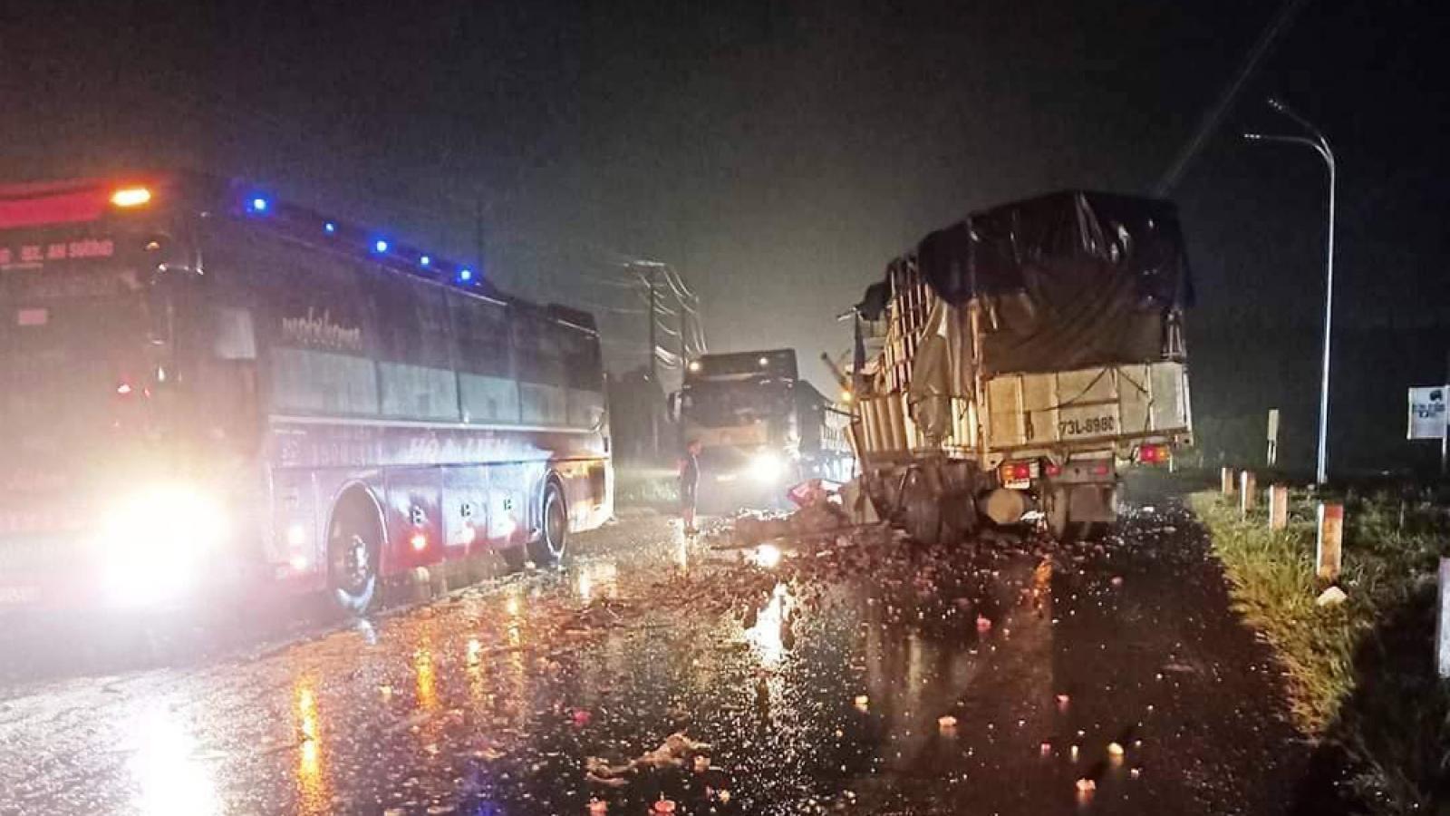 Vượt xe container, xe khách đâm trực diện xe tải khiến 5 người trọng thương