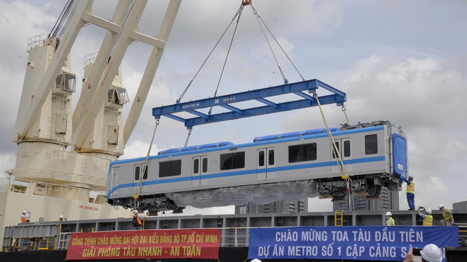 Những toa tàu đầu tiên của tuyến Metro số 1 TPHCM cập cảng Khánh Hội