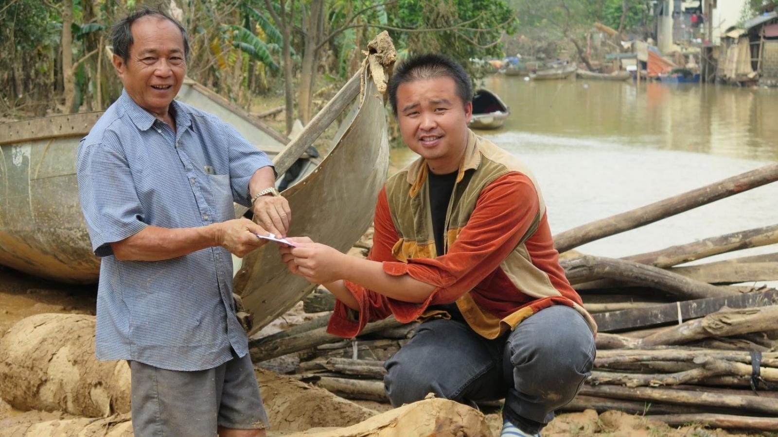 2 ông cháu bỏ lại nhà cửa, chèo đò ngược dòng nước lũ cứu hàng trăm người
