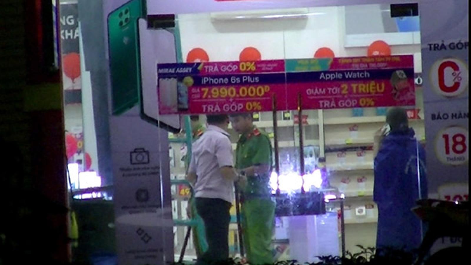 Trộm đột nhập FPT Shop lấy điện thoại di động